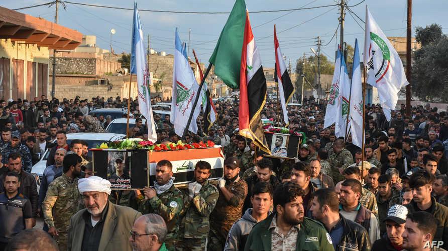 أفراد من الحشد الشعبي في جنازة زملاء لهم سقطوا في كمين جنوب الموصل - أرشيف