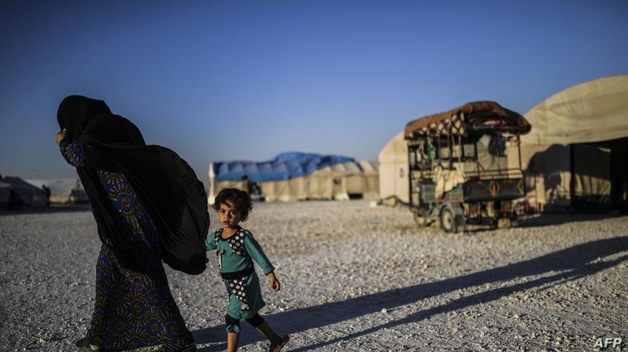 أم سورية تفر من تنظيم داعش في الرقة 2017 وتهرب مع ابنها- أرشيف