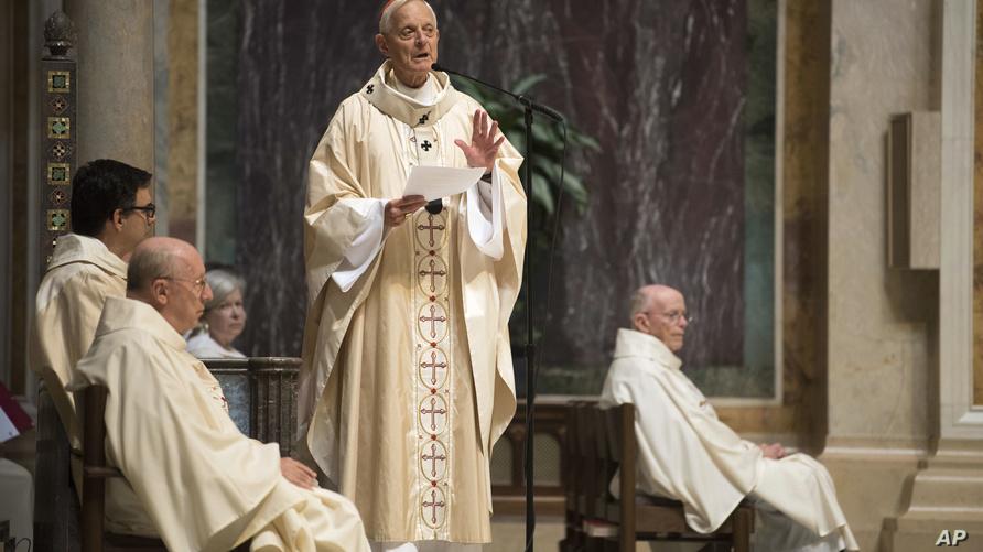 أسقف واشنطن السابق دونالد وورل خلال قداس