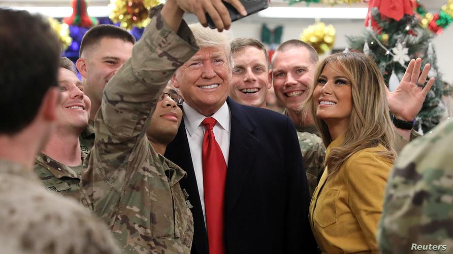ترامب وزوجته ميلانيا خلال زيارتهما للقوات الأميركية في قاعدة عين الأسد غرب العراق