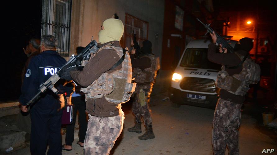 أفراد حملة مداهمة أمنية في تركيا - أرشيف