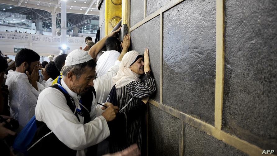 مسلمون يتلمسون جدار الكعبة