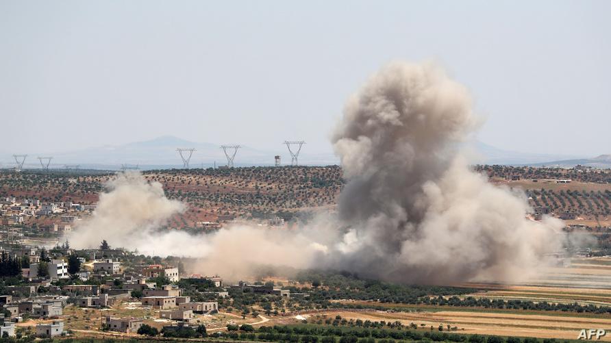 الدخان يتصاعد من إحدى المناطق التي قصفها النظام السوري في إدلب