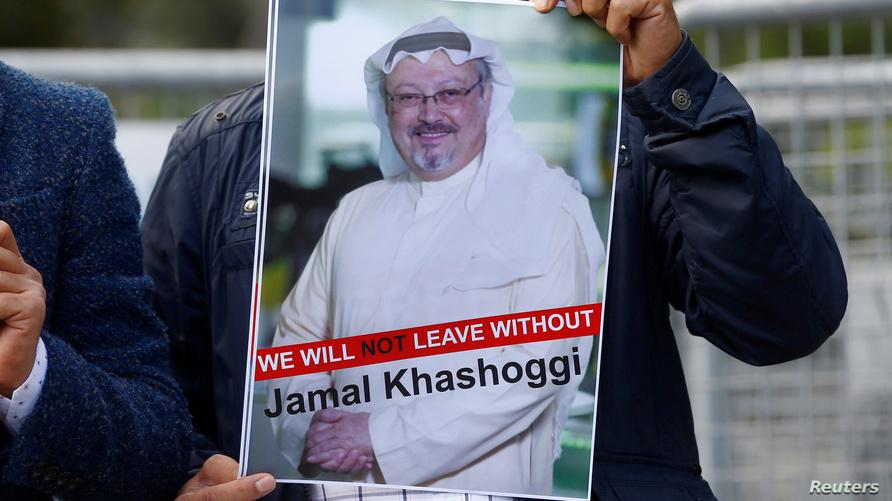 صورة الصحافي جمال خاشقجي خلال تظاهرات أمام القنصلية السعودية في إسطنبول