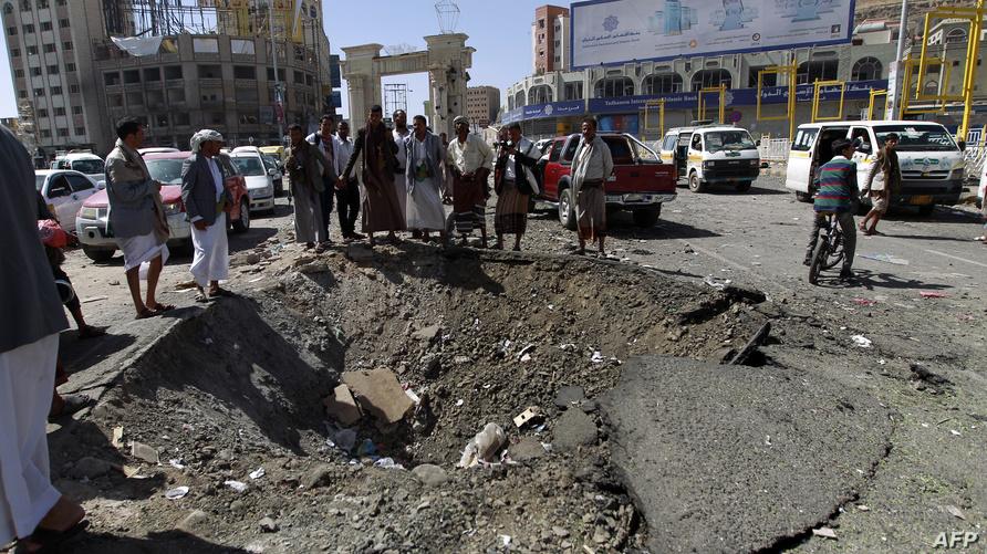 يمنيون يتفقود موقعا تعرض للقصف في صنعاء