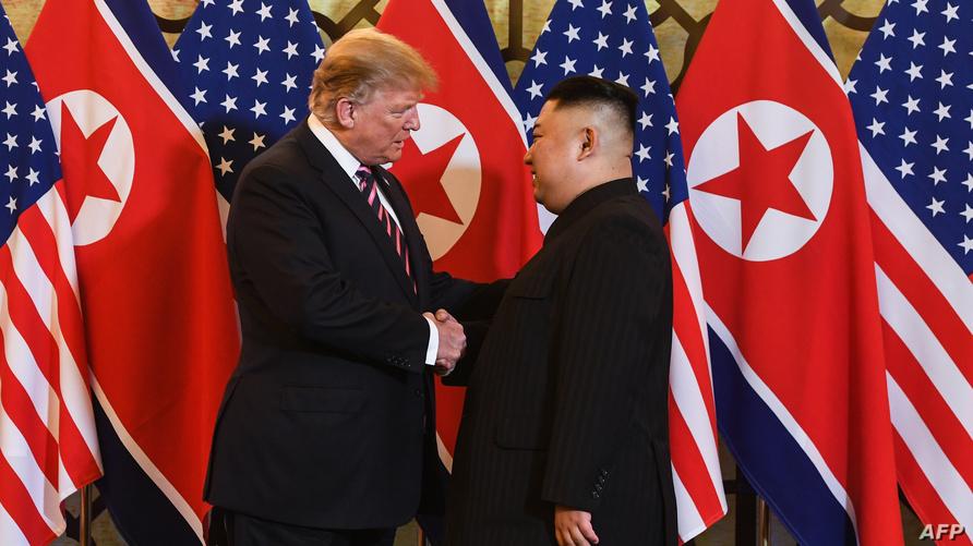 لحظة المصافحة بين الرئيس ترامب وكيم