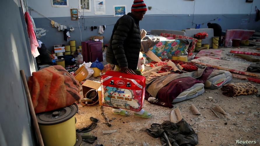 مشهد من مركز احتجاز المهاجرين بعد القصف الجوي في ليبيا