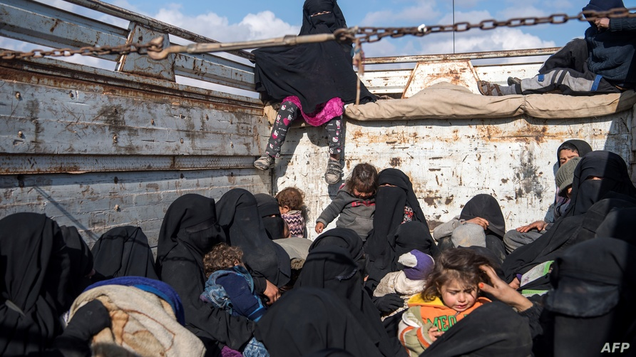 نساء وأطفال خلال مغادرتهم الباغوز