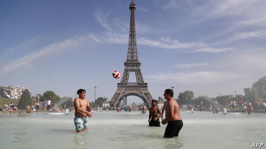 منطقة برج إيفل في باريس خلال موجة الحر