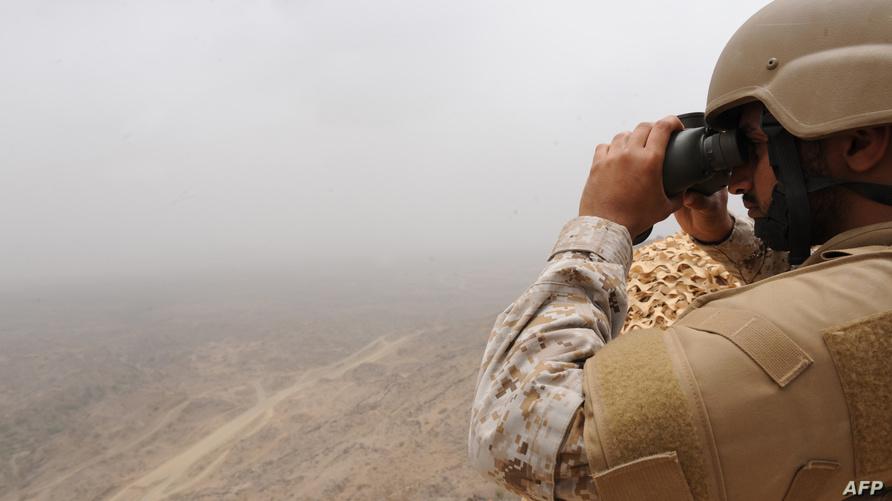 جندي سعودي يراقب الوضع في منطقة جازان على الحدود مع اليمن