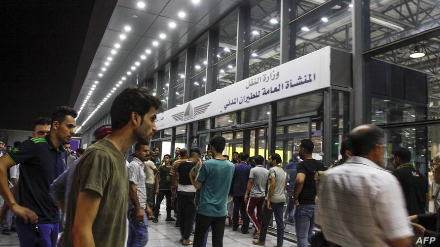 محتجون عراقيون خارج مطار النجف