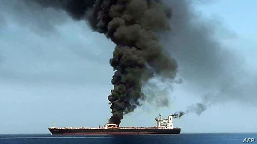 الدخان يتصاعد من إحدى السفينتين اللتين تعرضتا للهجوم قبالة خليج عمان