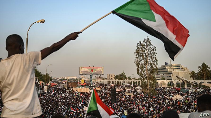 علم السودان يرفرف فوق المعتصمين أمام مقر قيادة الجيش في الخرطوم