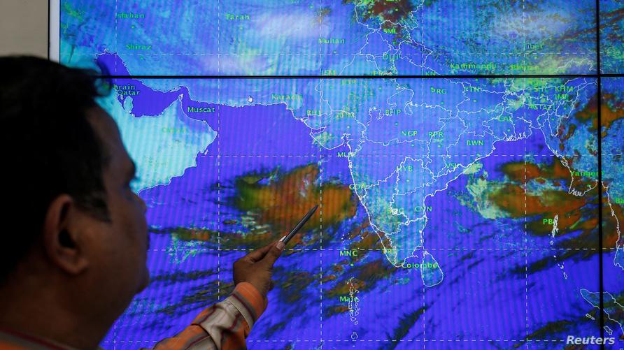 منبئ جوي هندي يراقب مسار الإعصار فايو