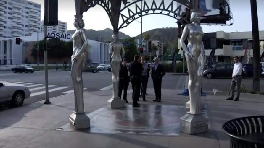 الشرطة في الموضع الذي سرق منه تمثال مارلين مونرو في لوس أنجليس
