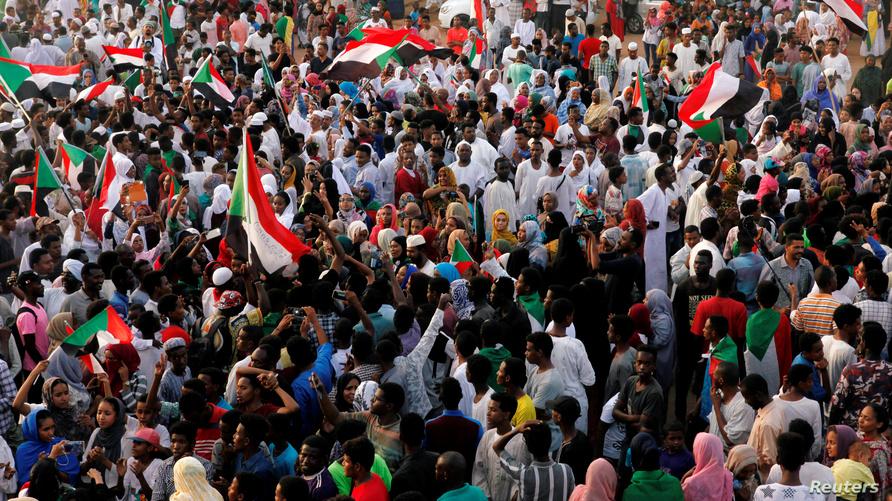 سودانيون في الخرطوم خلال احتفالات بتوصل المعارضة والمجلس العسكري إلى اتفاق