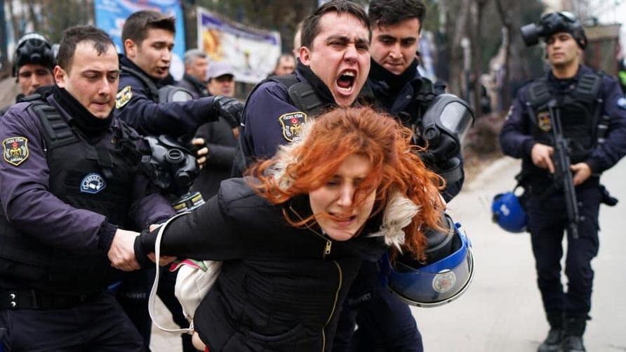 الشرطة التركية تقمع تظاهرة نسائية في إسطنبول