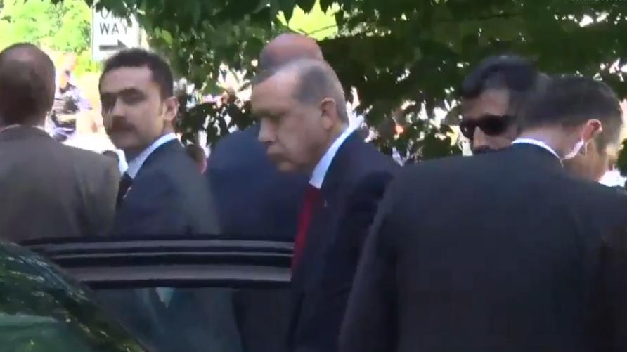 الرئيس التركي رجب طيب أردوغان يراقب العراك في واشنطن
