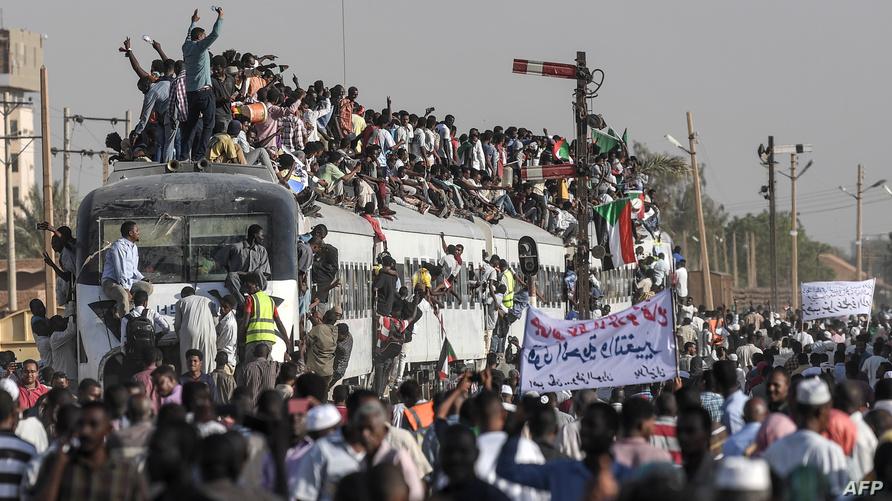 محتجون سودانيون في مدينة عطبرة