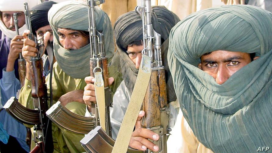 أعضاء قبيلة مري البلوشية في محافظة بلوشستان حاملين لبنادق من طراز كلاشنكوف - تموز/يوليو 2004