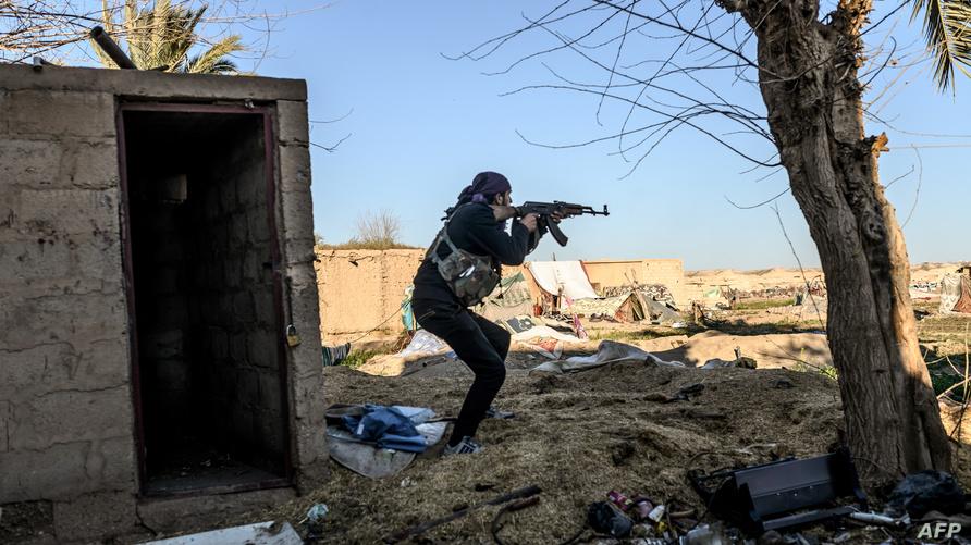 مقاتل من قوات سوريا الديمقراطية يطلق النار داخل الباغوز