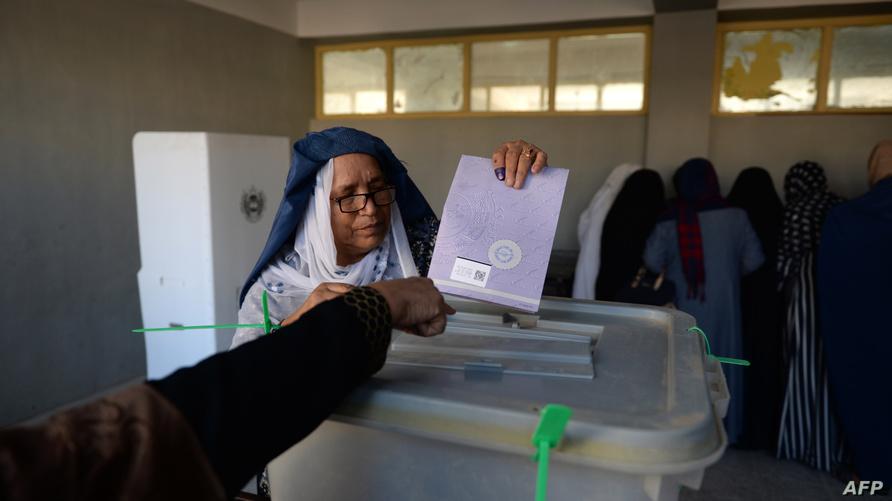 سيدة تدلي بصوتها في الانتخابات التشريعية التي أجريت في أفغانستان في نوفمبر الماضي