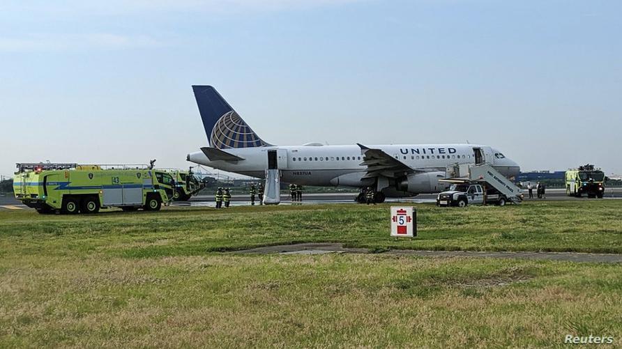 عربات إسعاف وإنقاذ تحيط بطائرة عقب هبوطها في مطار نيووارك