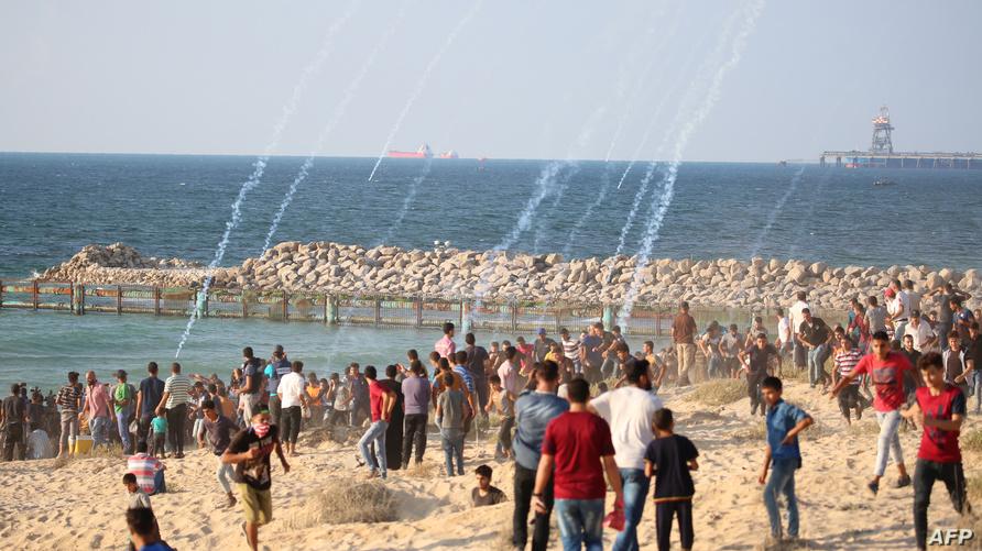 فلسطينيون خلال احتجاجات في بيت لاهيا قرب الحدود البحرية بين غزة وإسرائيل