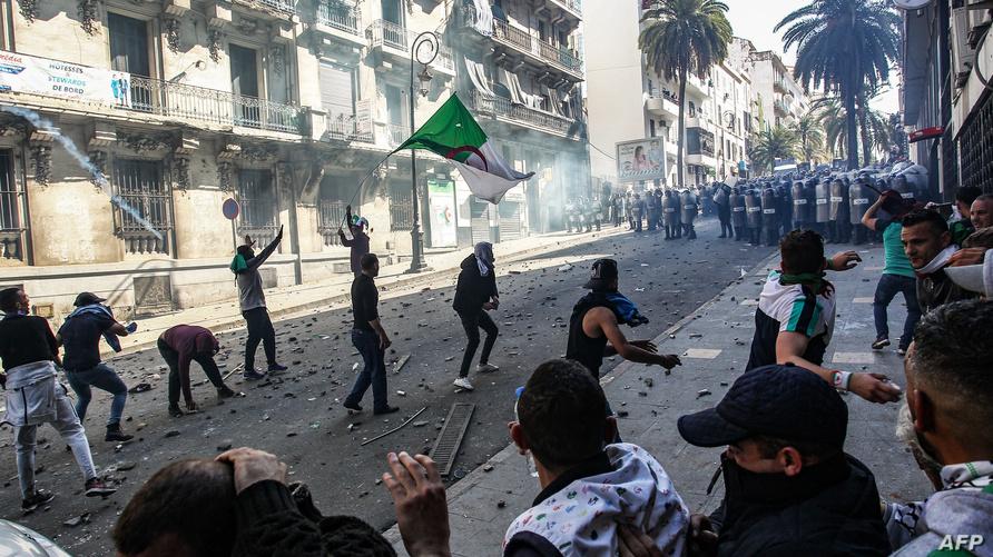 جانب من المواجهات بين المحتجين وقوات الأمن في العاصمة الجزائرية