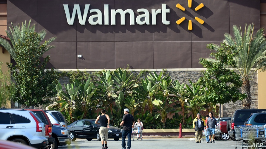أميركيون يتسوقون في أحد أشهر المحلات التجارية في كاليفورنيا