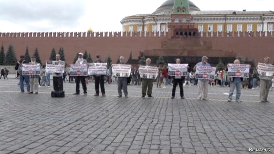 أفراد من تتار القرم خلال تظاهرهم في الساحة الحمراء