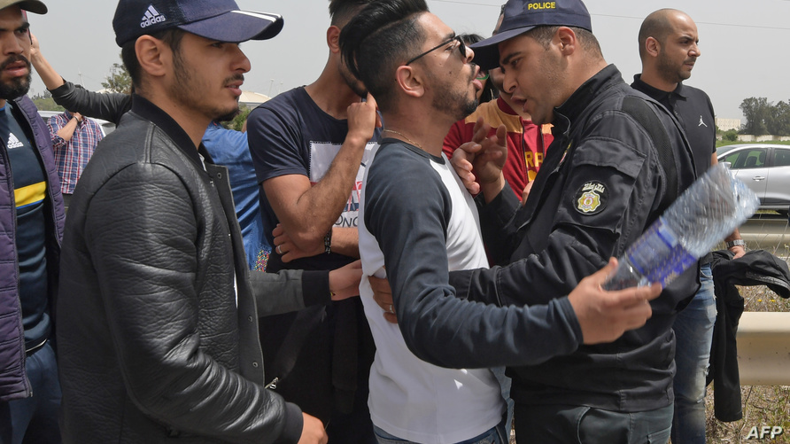 مواجهة بين صحفي وشرطي في تونس
