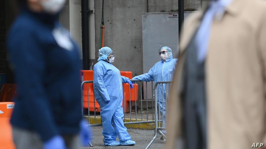 طاقم الطبي خارج خيمة فحص COVID-19 في مركز مستشفى بروكلين في نيويورك