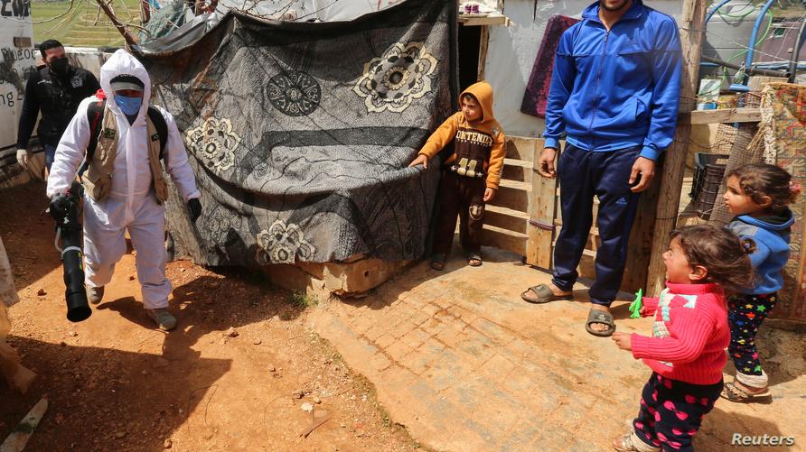 جانب من عملية تعقيم مخيم للاجئين السوريين في مرجعيون اللبنانية