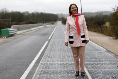وزيرة البيئة والتنمية المستدامة والطاقة سيغولين رويال تتمشى على الطريق