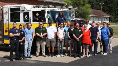 كيتي أمين مع زملاء في دائرة الإطفاء ومواطنين من مقاطعة تشيسترفيلد