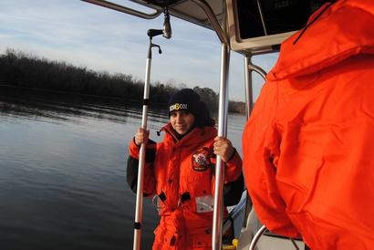 كيتي أمين في قارب إنقاذ تابع لدائرة الإطفاء