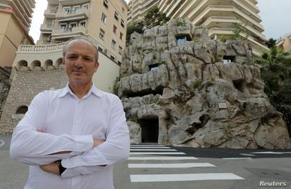 المهندس المعماري جان-بيير لوت أمام الفيلا التي شيدها داخل جرف صخري كانت تعلوه قرية حصينة تعود إلى القرن العاشر قبل الميلاد