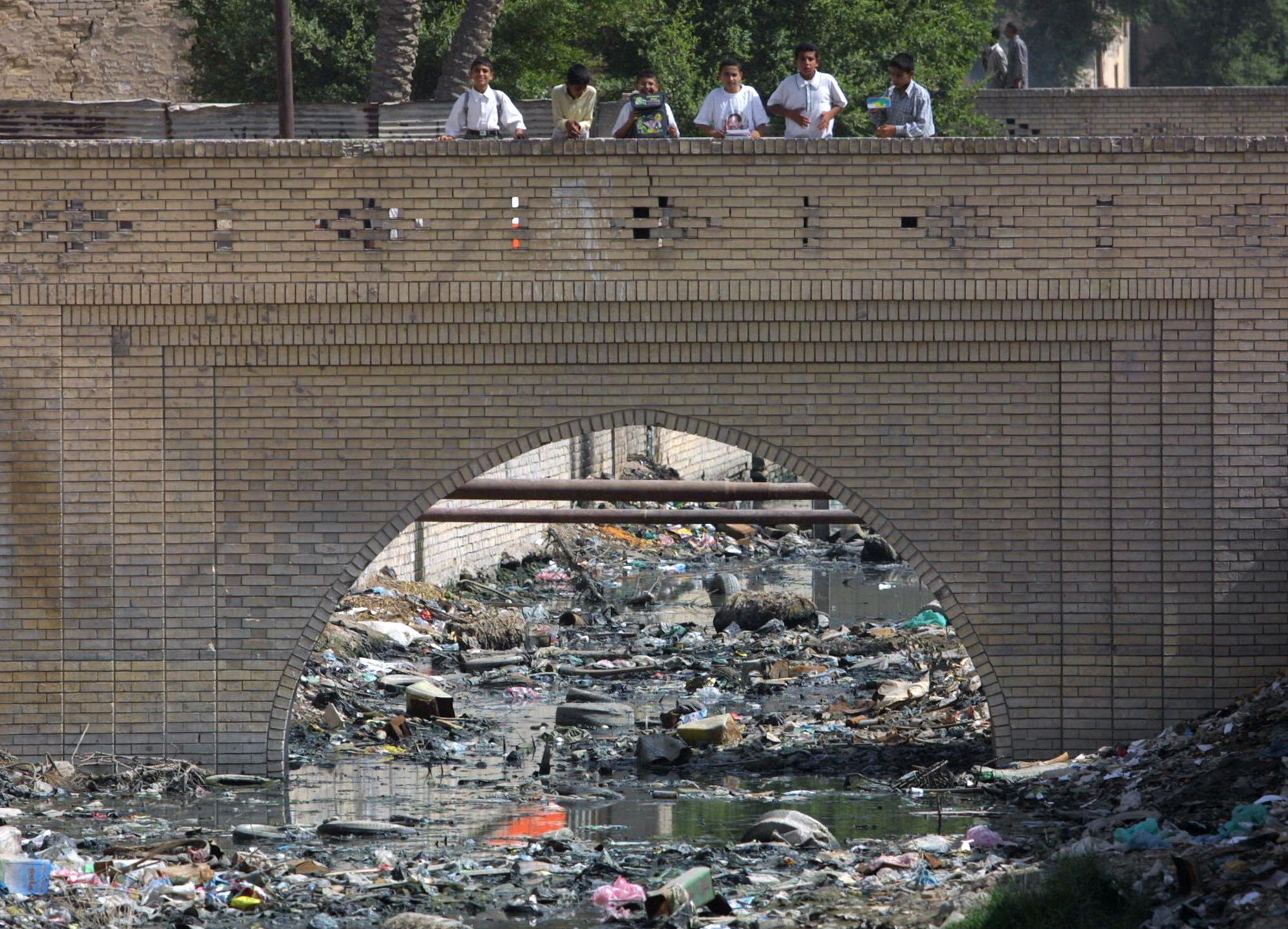 صورة تظهر حجم تلوث نهر العشار بالبصرة تعود لعام 2002