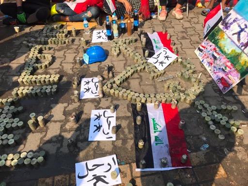 عرض احتجاجي يتألف بمعظمه من عبوات فارغة للقنابل المسيلة للدموع 40 ملم، على ما يبدو في ميدان التحرير ببغداد.