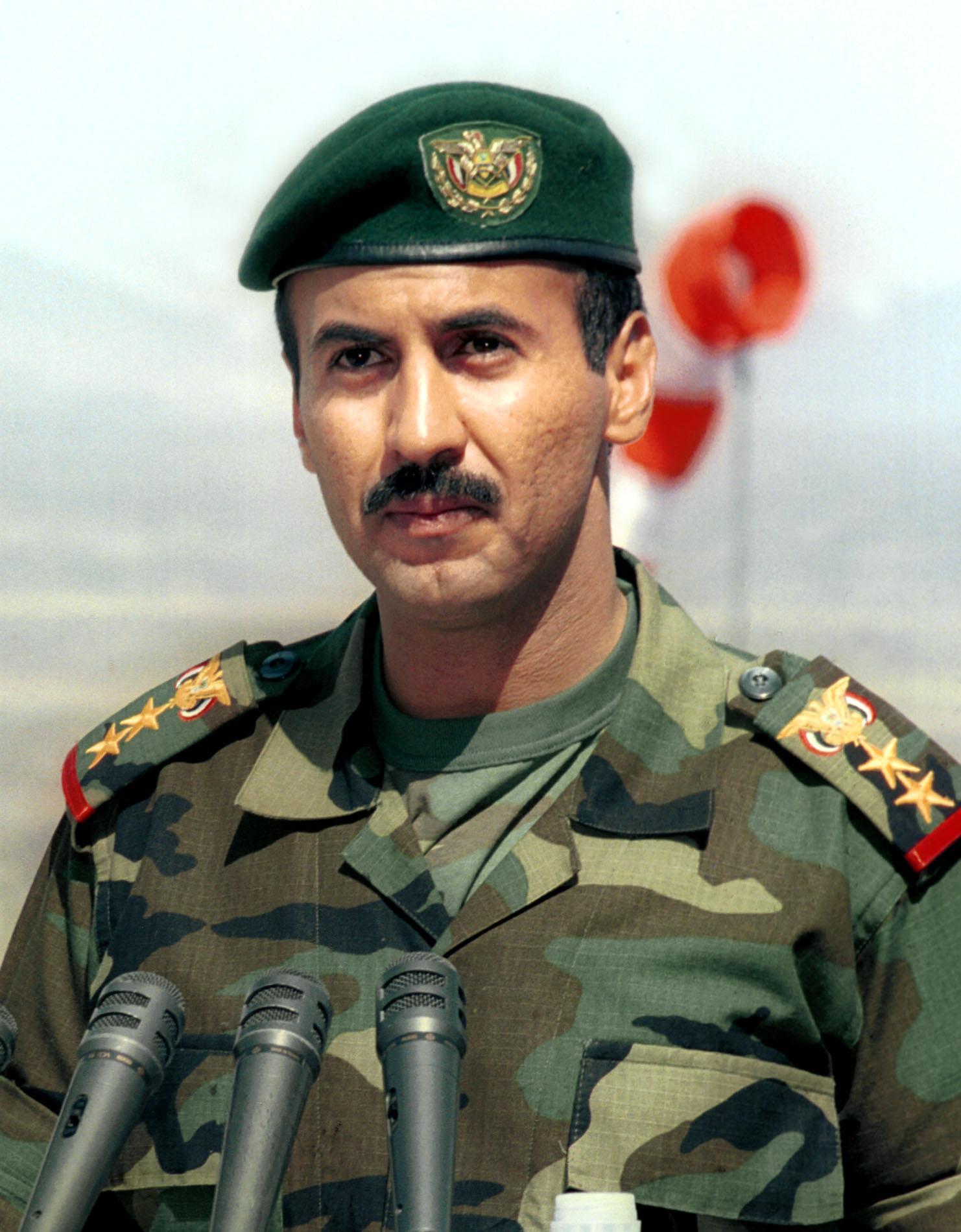 أحمد صالح قائدا للحرس الجمهوري في 2001