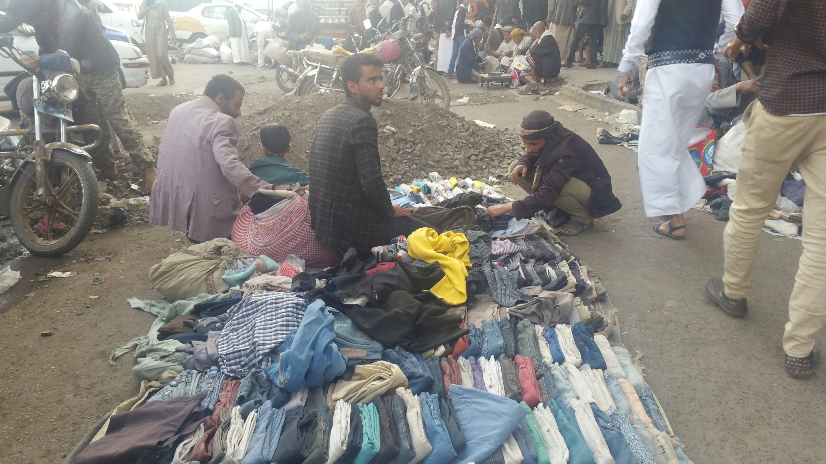 سوق شعبية لبيع الملابس المستخدمة شرقي صنعاء