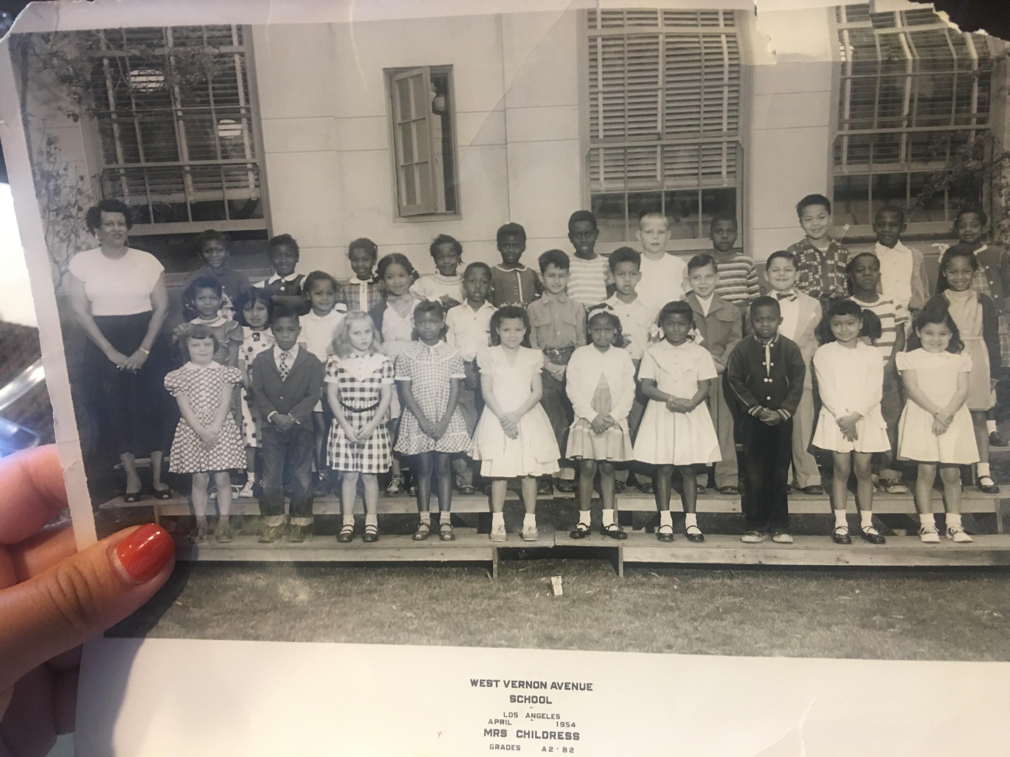 مدرسة مونيكا وفيرونيكا، التقطت عام 1954 تنشر بإذنهما