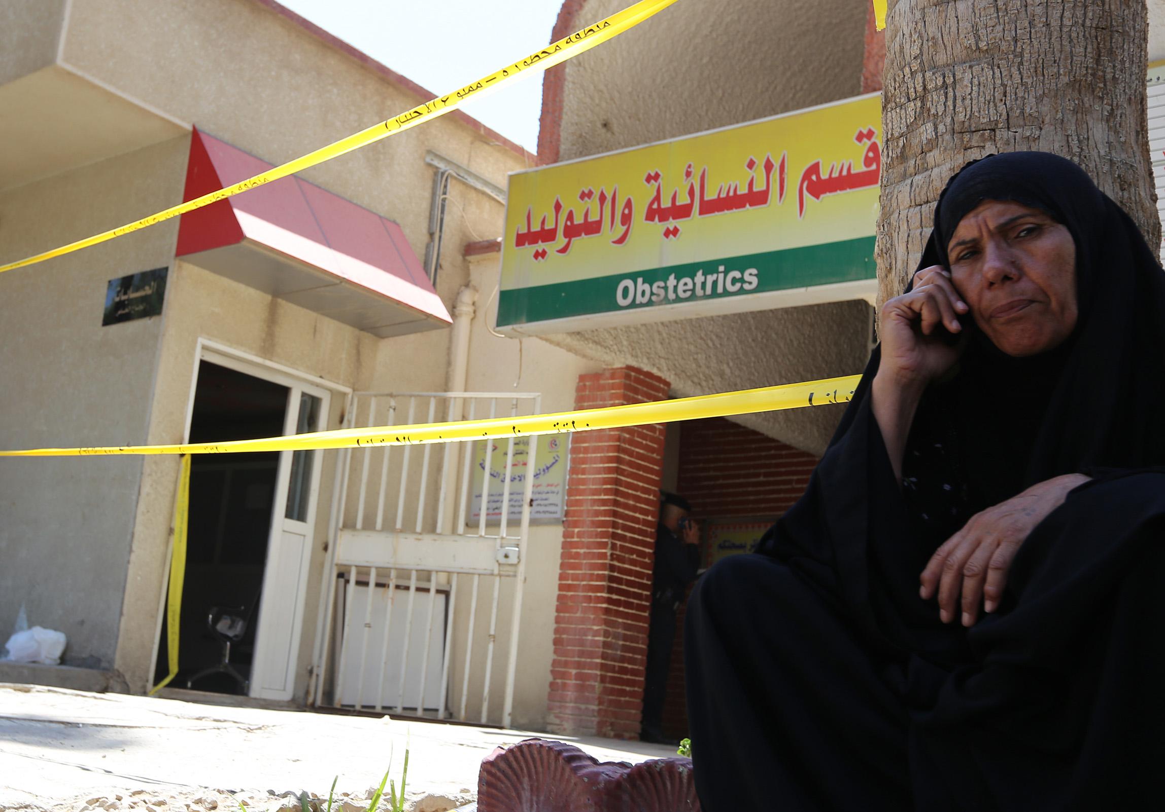 سيدة عراقية خارج مستشفى اليرموك غرب بغداد بعد حريق أصاب قسم الولادة/وكالة الصحافة الفرنسية
