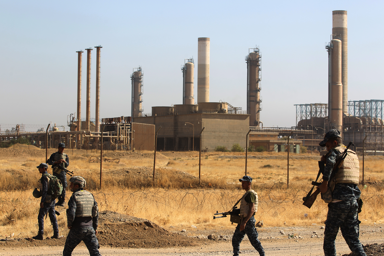 عناصر من القوات العراقية بالقرب من منشأة نفطية في كركوك