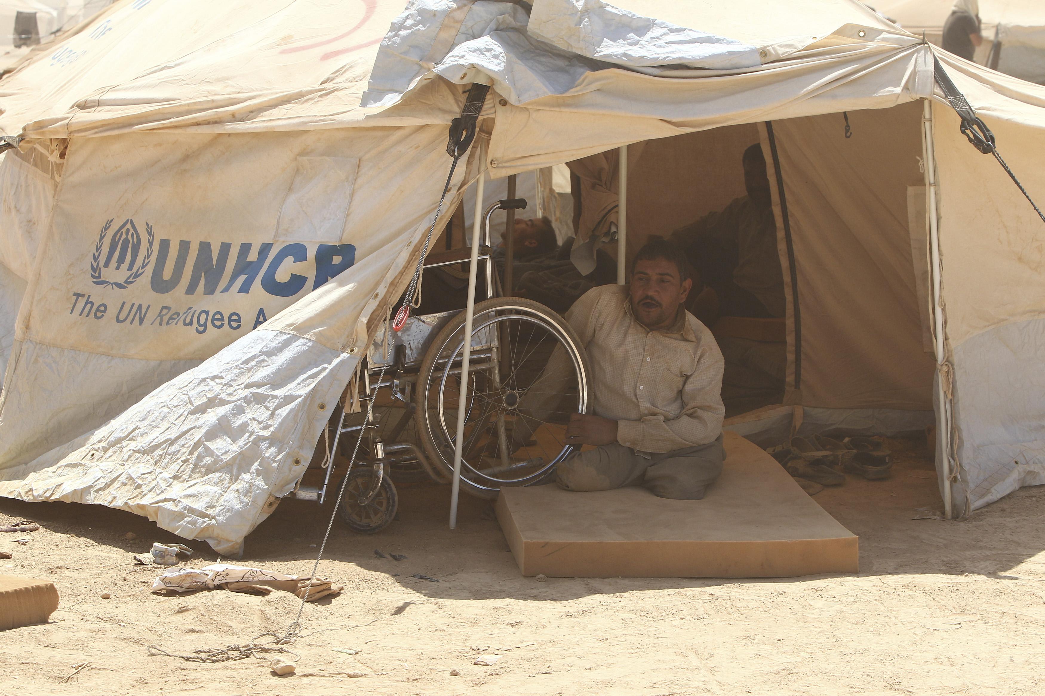 لاجئ سوري معاق ينظر من خيمته في مخيم الزعتري للاجئين في الأردن قرب الحدود السورية