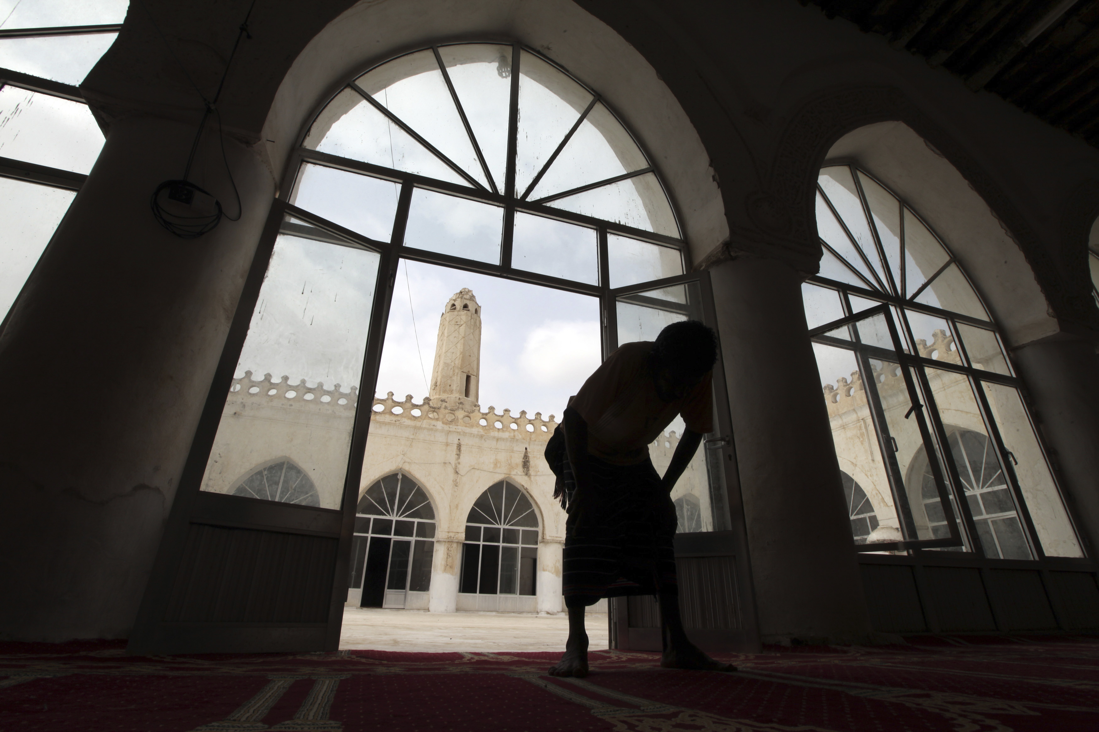 رجل يصلي في المسجد القديم بمدينة زبيد اليمنية التاريخية