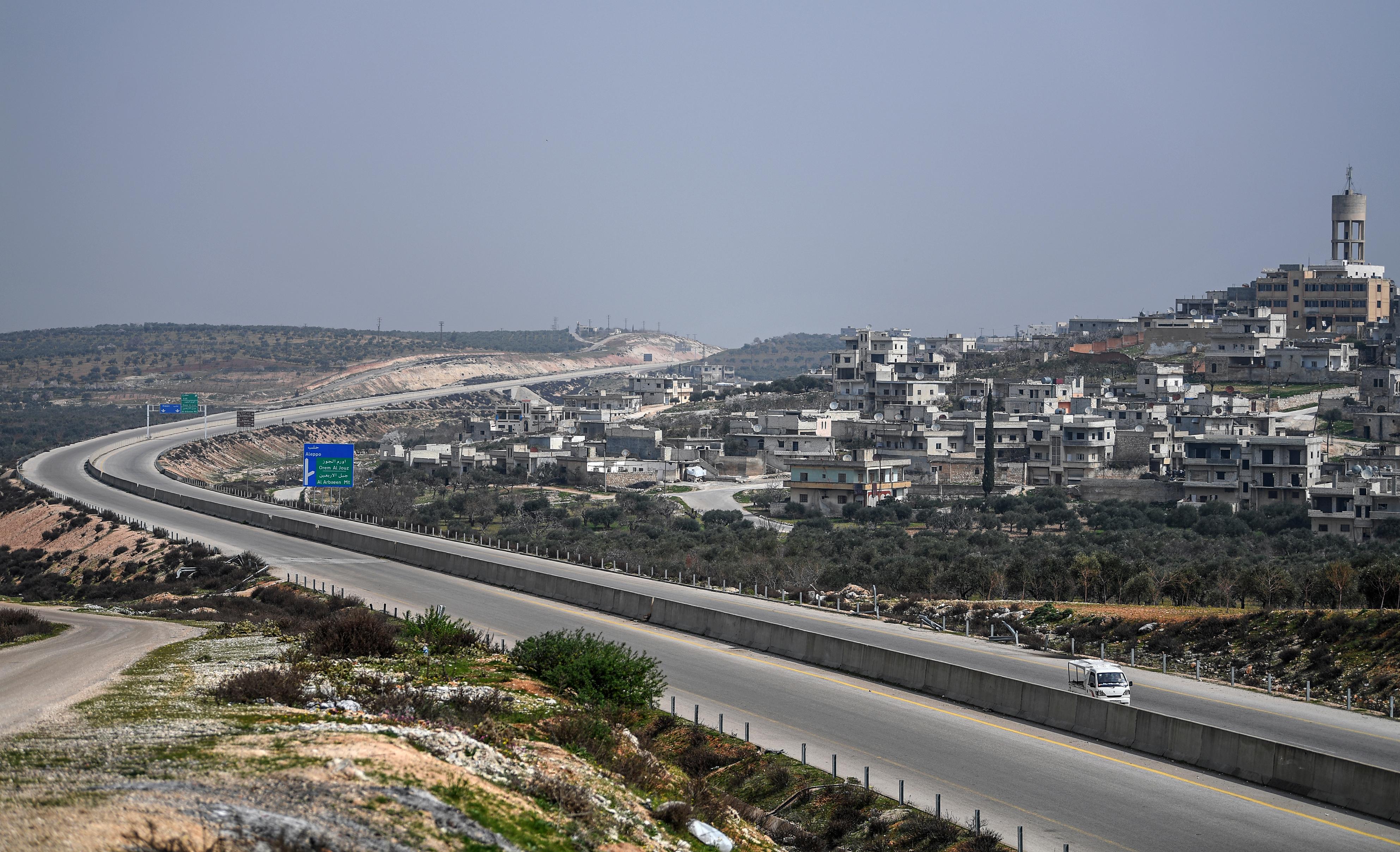 جانب من الطريق السريع M4 الاستراتيجي في جنوب محافظة إدلب (الشمال غرب سوريا)