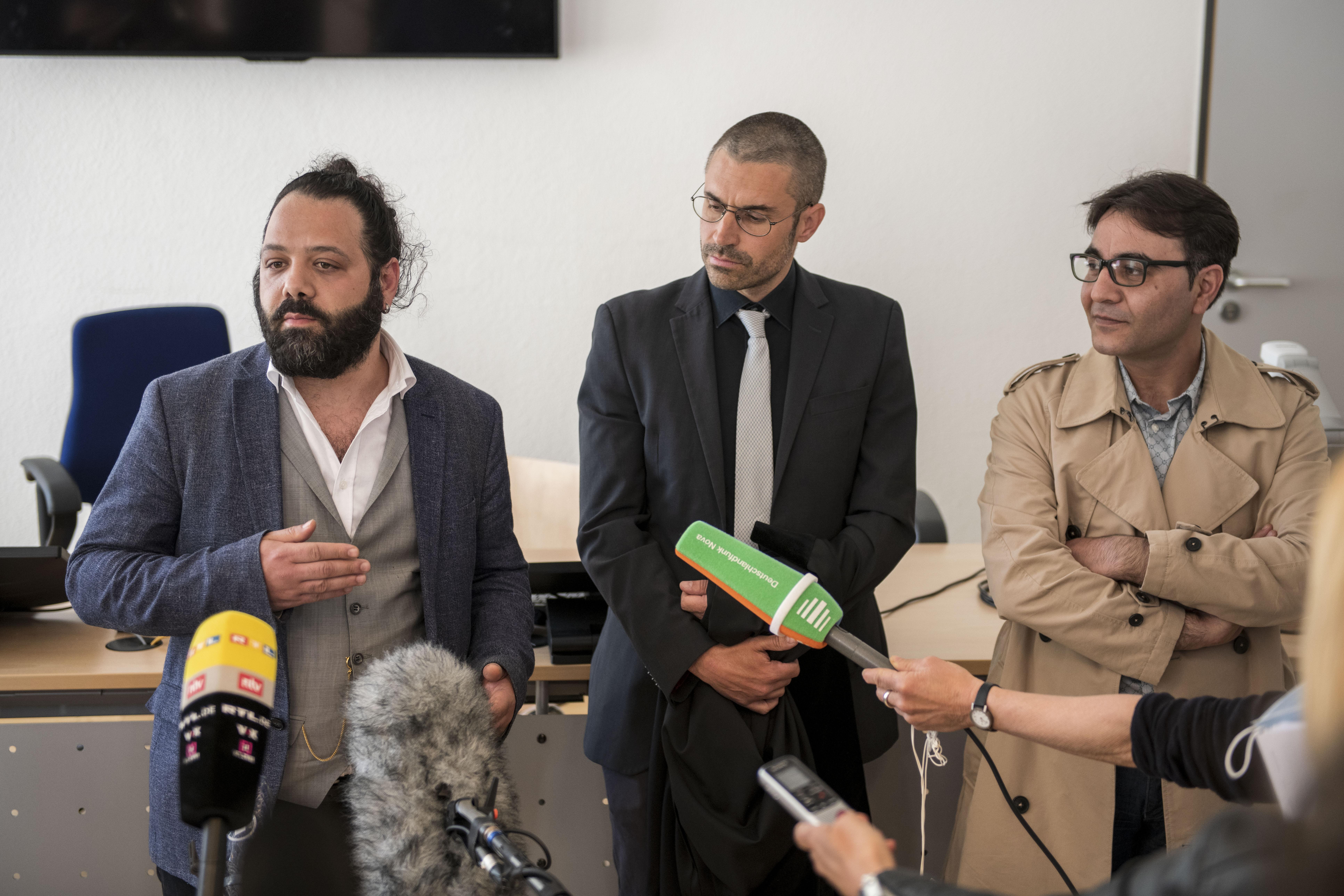 المحامي باتريك كروكر (الوسط) والمدعيان الآخران وسيم مقداد (يسارا) وحسين غرير (يمينا) يجيبون على أسئلة الصحفيين خارج قاعة المحكمة