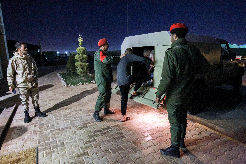 الشرطة العسكرية الموالية لحفتر أثناء احتجازها لسوريين تم أسرهم في محيط طرابلس